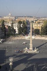 Blick vom Pincio auf die Piazza del Popolo mit Obelisk und Petersdom im Hintergrund