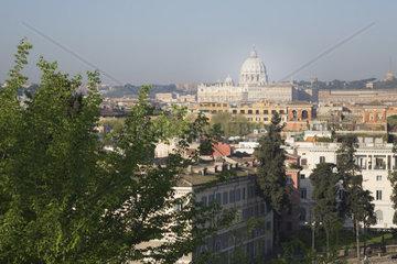 Altstadt von Rom mit Petersdom im Hintergrund