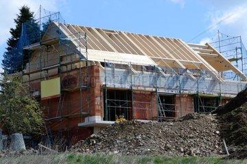 Dachstuhl bei Einfamilienhaus wird errichtet