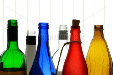 sechs bunte Glasflaschen