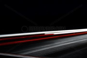 Lichterband der Autos im Nachtverkehr