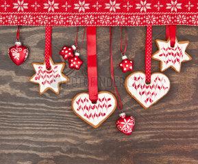 Bunte Plaetzchen zu Weihnachten zu Weihnachten auf rustikalem Hintergrund