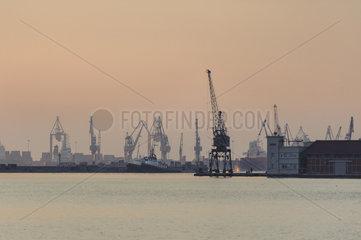 Der Hafen der Stadt Thessaloniki am Thermaischen Golf