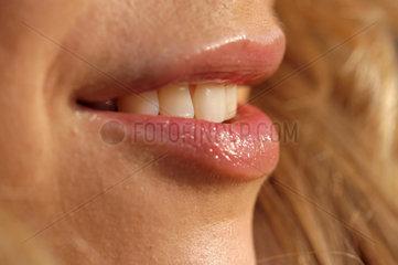 Mund  Lippen einer laechelnden jungen Frau.