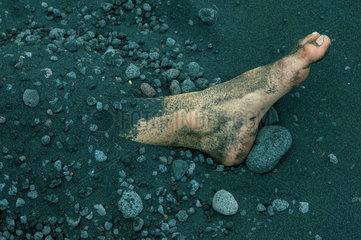 Fuss in Lavasand eingegraben  Stromboli  Italien.