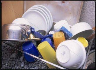 Abwaschgestell mit Geschirr