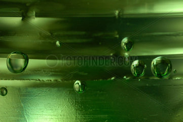 Kohlensaeure - Blasen in einer gruenen PET - Flasche.