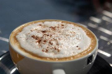 Capuccino. Tasse Kaffee mit Milchschaum.