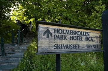 Hinweistafel zur Holmenkollen Schanze  dem Skimuseum und dem Park Hotel Rica ausserhalb von Oslo.