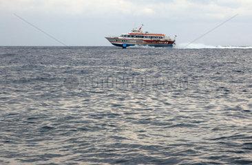 Tragfluegelboot bei den eolischen Inseln  Italien.