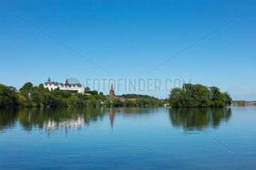 Blick ueber den Ploener See auf das Ploener Schloss