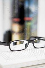 Brille auf einem Buch  Buecher
