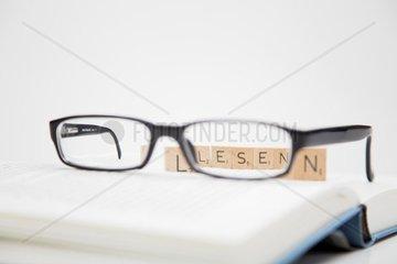 Brille auf einem Buch  Lesen