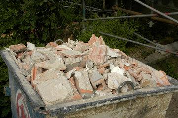 Mulde  Bauschutt - Container bei Baustelle