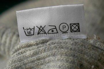 Pflege - Etikett an Wollpullover