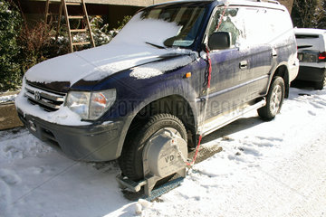 Auto mit Wegfahrsperre im Winter.