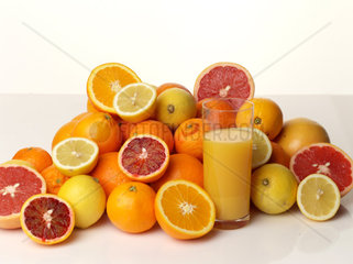 Orangejuice in glas an fruits