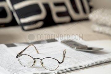 Zeitung am Sofa  Handy am Sofa  Brille