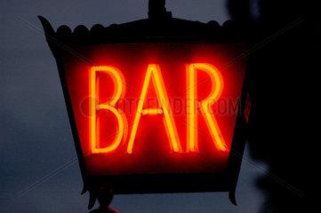 Bar - Laterne in der Nacht.