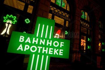 Bahnhof - Apotheke (Beleuchtetes (Dreh-) Schild ) im Zuercher Hauptbahnhof.