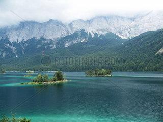 Inseln auf dem Eibsee in Grainau bei Garmisch Partenkirchen in Bayern  Deutschland