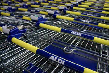Aldi Einkaufswagen vor einer Filiale der Discount-Kette.