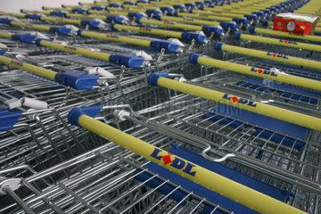 Lidl Einkaufswagen vor einer Filiale der Discount-Kette.