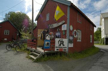 Der Ort A auf den Lofoten; die Rorbu (Fischerhuetten)- Vermietung.