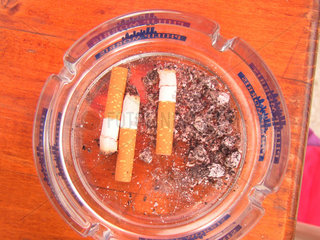 Zigaretten im Aschenbecher.