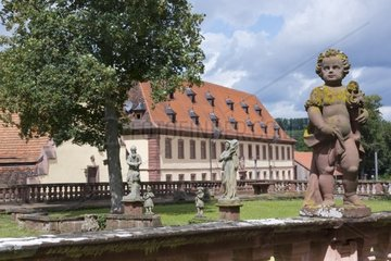 Kloster Bronnbach  ehemalige Zisterzienserabtei  Abteigarten mit Putte im Vordergrund  im Hintergrund Gaestehaus Bursariat  Liebliches Taubertal  Bronnbach bei Wertheim  Main-Tauber-Kreis  Baden-Wuert