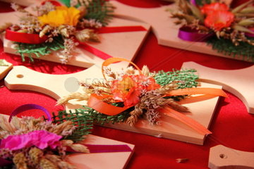 Small wooden plates with dried flowers