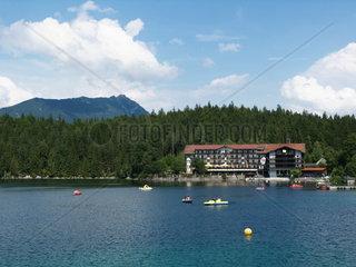 Der Eibsee in Grainau bei Garmisch-Partenkirchen mit Hotel am See