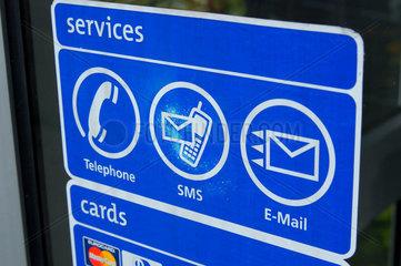 zeichen auf auf einer telefonkabine.