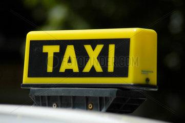 Taxi Leuchtschild auf einem Taxi.