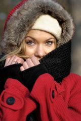 Junge Frau in Winterkleidern. (Nur rechtes Auge scharf!!)