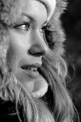 Gesicht in Seitenansicht einer jungen Frau.