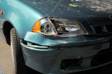 Scheinwerfer eingedrueckt (Parkschaden) an einem Auto.