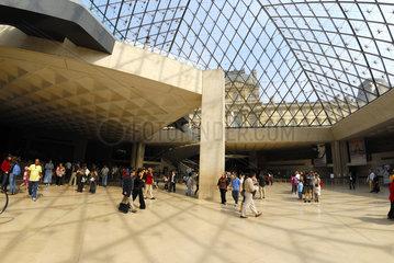Die Pyramide; Eingangsbereich zum Louvre.