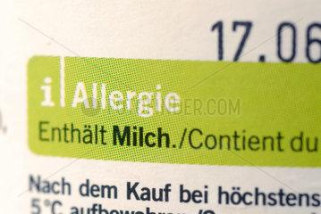Deklaration fuer Allergiker auf einem Joghurtbecher: Enthaelt Milch.
