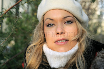 Junge Frau in Winterkleidern.