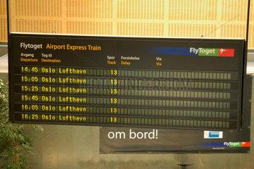 DIsplay im Bahnhof Oslo fuer den Zug zum Flughafen.