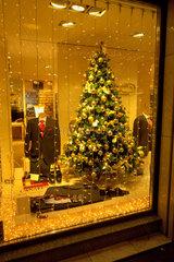 Weihnachtsschmuck in Schaufenster.