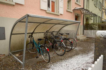 Fahrradunterstand mit Dach schuetzt vor Schnee und Regen.