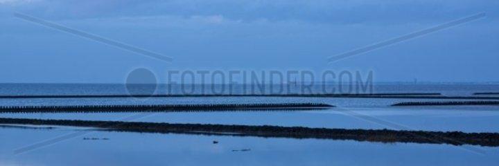 Abendstimmung an der Nordseekueste  im Hintergrund die Insel Norderney  Nationalpark Niedersss chsisches Wattenmeer  Nordseeheilbad Norddeich  Norden  Landkreis Aurich  Ostfriesland  Niedersachsen  Deu
