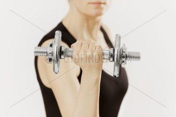 Frau mit Hantel  Sport  Kraft  Fitness  Energie