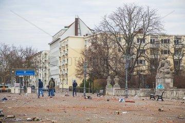 Silvestermuell in Berlin  Neujahr  Jugendliche beim Boellern  Dreck