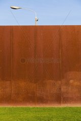 Berliner Mauer Denkmal 2014  Laterne hinter einer Mauer  Metallmauer  Rost  Wand  Strassenleuchte  Volksaufstand  Flucht