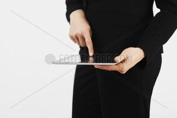 Geschaeftsfrau  Frau mit I-Pad in der Hand  Weiss  Anzug  Business  Schwarz  Geraet  Laptop  Kauffrau  Streichen  Lesen  Arbeiten  Tablet  Digital  Computer  tragbar  Geraet  Modern