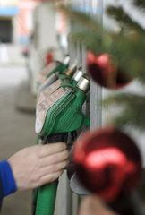 Weihnachtsschmuck an einer Total Tankstelle