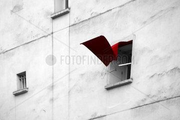 Flatternde Fensterjalousie